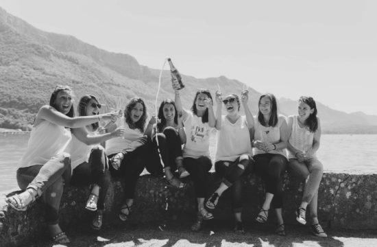 Bande de copine qui éclatent de joie au bord du Lac