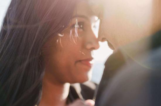 Couple qui se regarde dans les yeux