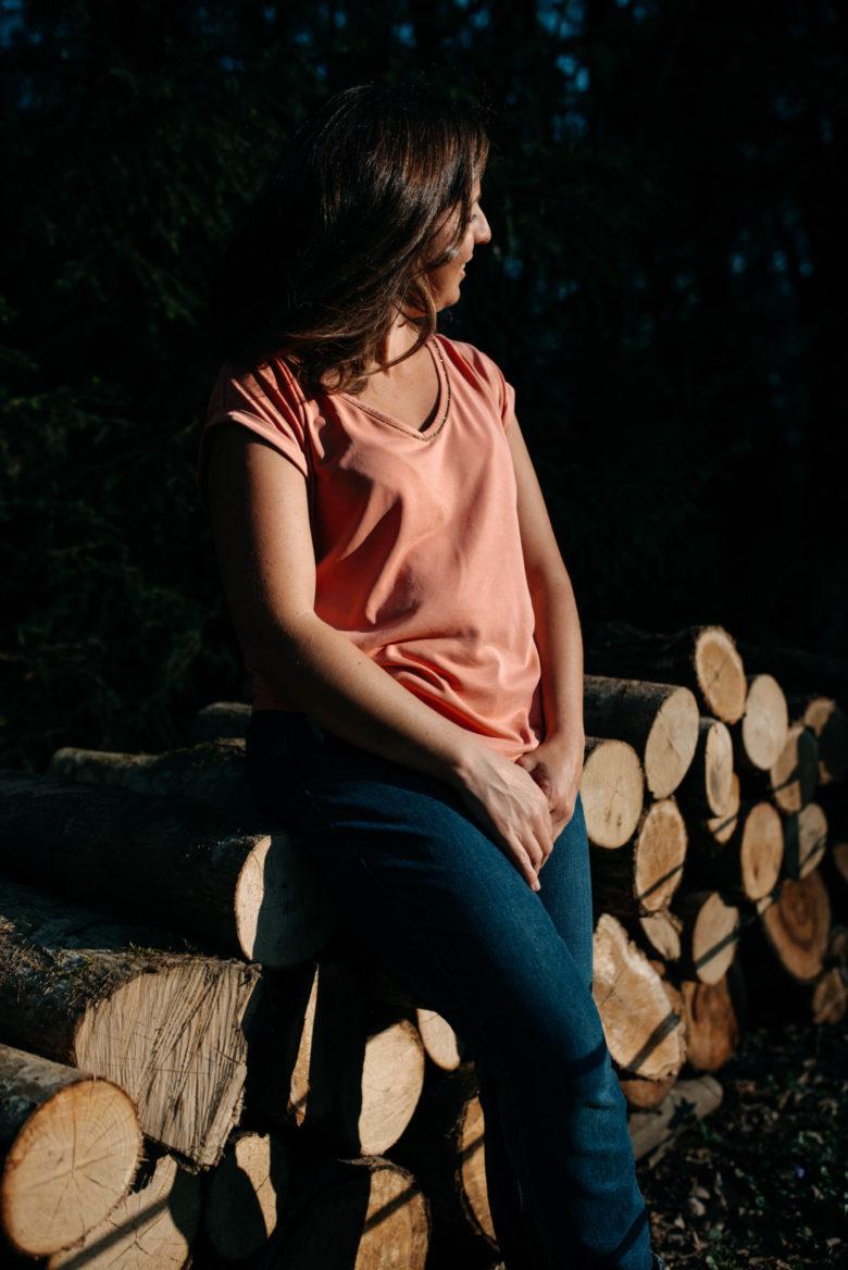 femme debout devant un tas de bois