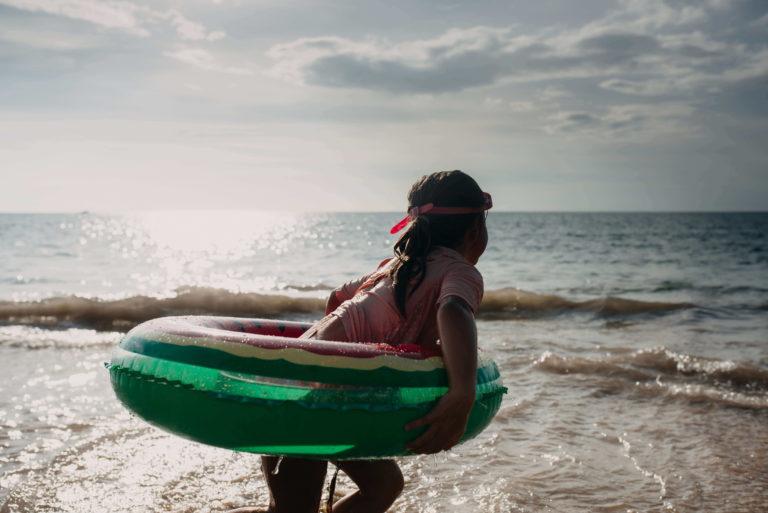 Petite fille au bord de la plage