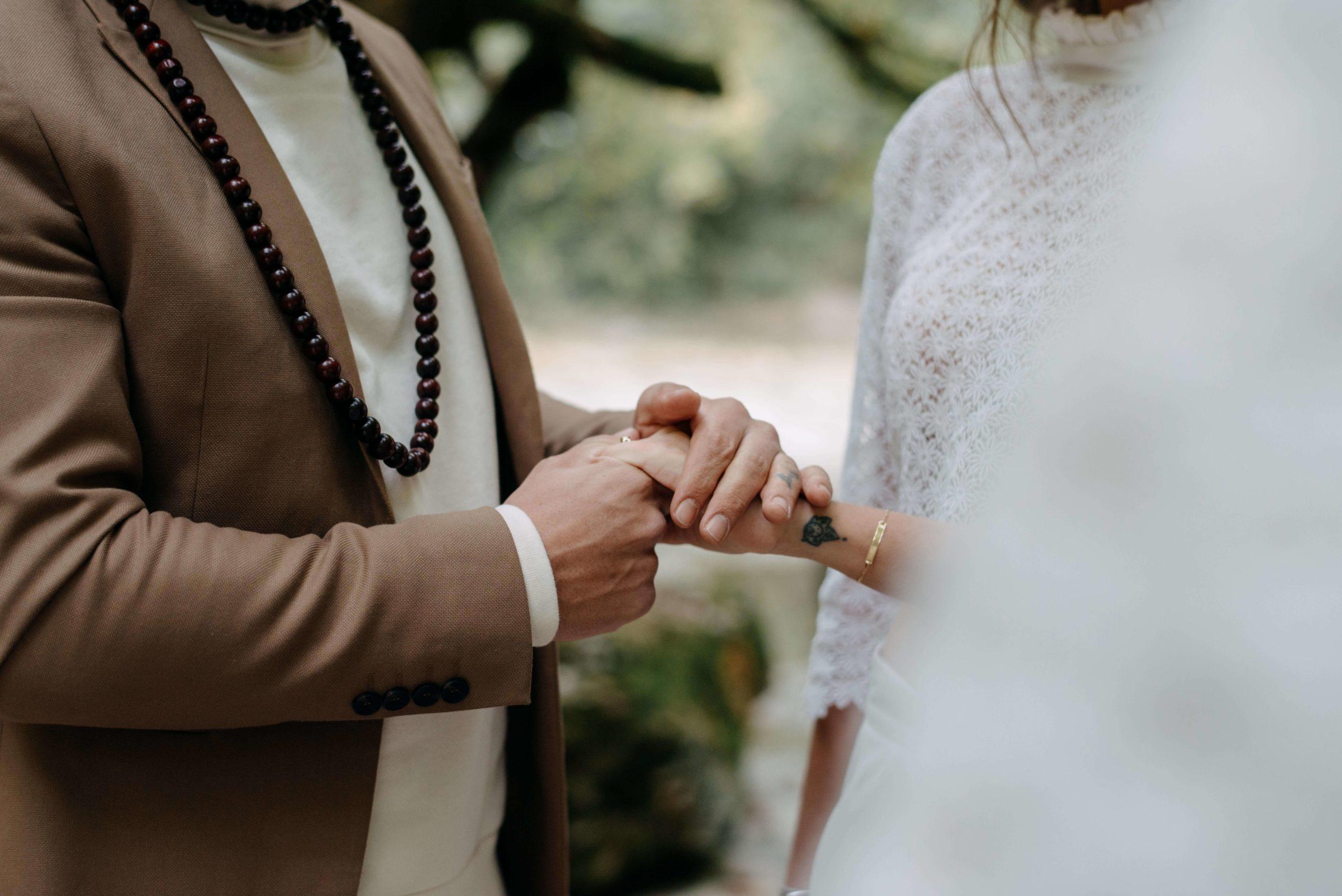 les mariés se tiennent la main
