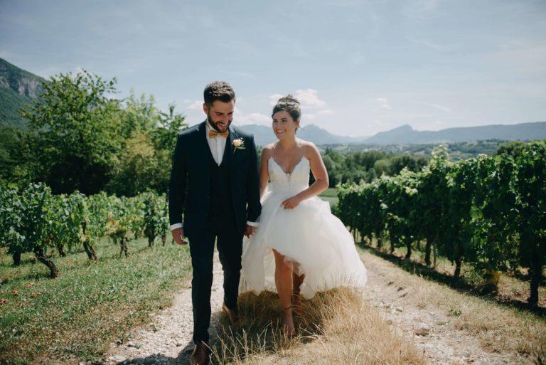 mariés au milieu des vignes en Savoie