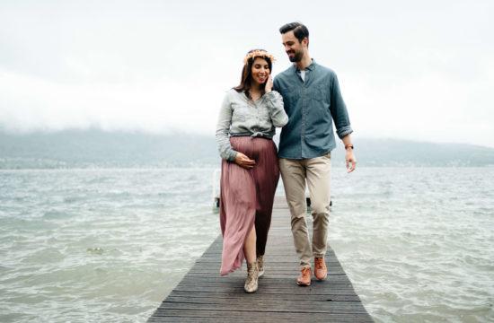 femme enceinte avec son mari qui marche sur un ponton